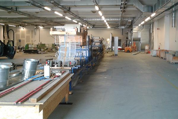 die neue Produktionshalle mit der Beschichtungsmaschine