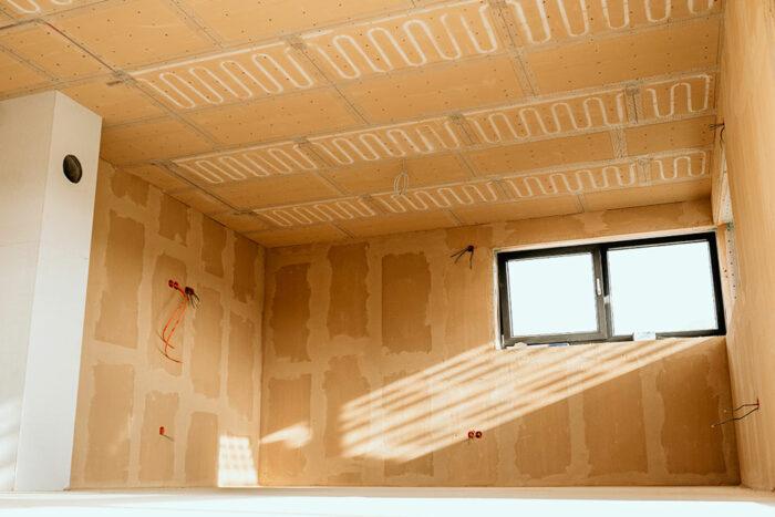 Raum mit montierter Deckenheizung